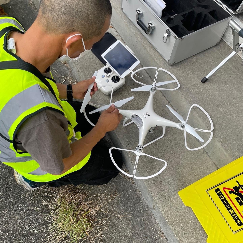 """8月最後のドローンスクール。消防の方や農家さん、高校生が受講されました。今回は当社が導入した最新ドローン「Skydio 2」国土交通省の飛行許可・承認も無事に頂き、初フライト。一番の魅力は """"非GPS環境下での自律飛行""""です。 機体に搭載された6台のカメラが、撮影した映像を元にリアルタイムで3Dマップを生成し周囲を認識します。 このAI技術により、自動追尾&障害物回避をしてくれるため安全な自律飛行が可能。産業用途でのドローンのさらなる活用が期待されています。#ドローンテクニカルスクール#DCT#鹿児島ドローン"""